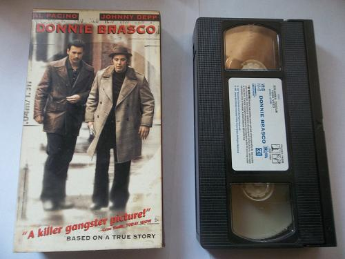 DONNIE BRASCO (VHS) AL PACINO, JOHNNY DEPP (TRUE STORY/DRAMA), PLUS FREE GIFT
