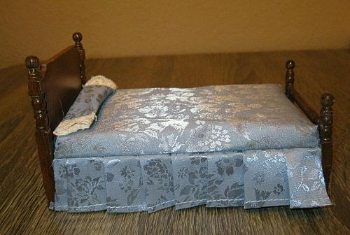 Town square miniatures wooden bed with bedding & pillow 1:12