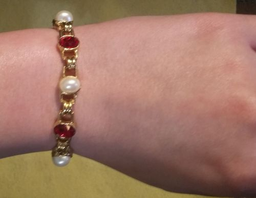 BRACELET, PEARLS & RED FACET STONES IN GOLD TONED CHAIN - Eloquent & Attractive!